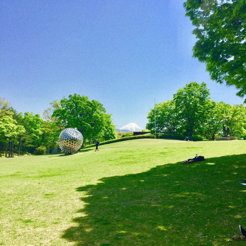 山梨県立美術館 ビッグアップルと富士山