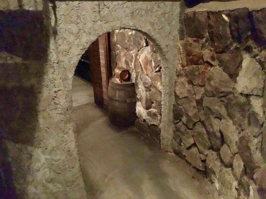 くらむぼんワインの石造りのセラー
