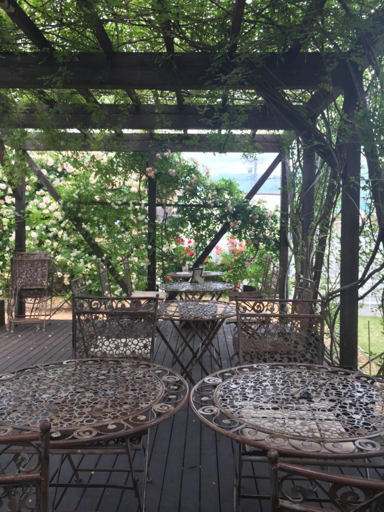360℃のバラ庭園が楽しめる「カフェ ロココ」のテラス席