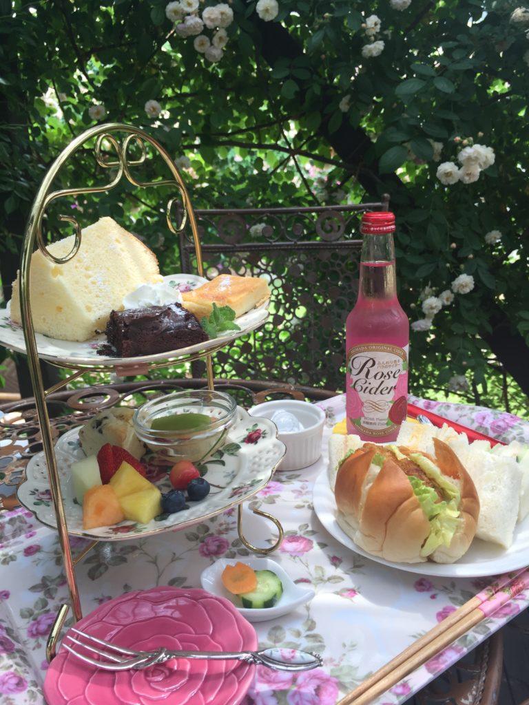 360℃のバラ庭園が楽しめる「カフェ ロココ」テラス席で楽しめるアフタヌーンティーセット