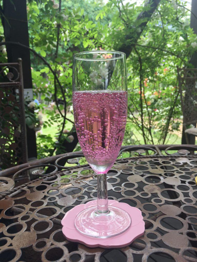 360℃のバラ庭園が楽しめる「カフェ ロココ」 バラのソーダ水
