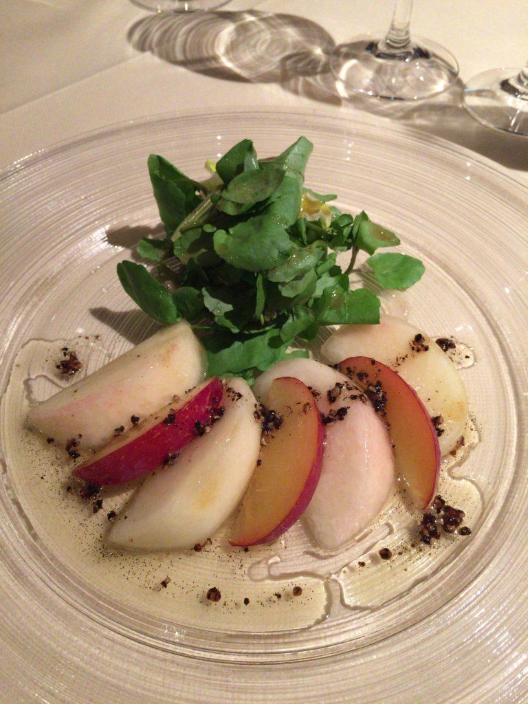 ゼルコバで食べた桃とクレソンのサラダ 黒胡椒とバニラのヴィネグレット