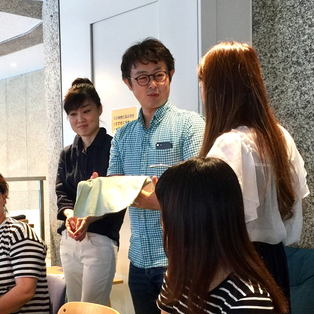 IKEUCHI ORGANICを手にとり、違いを実感するスタッフたち