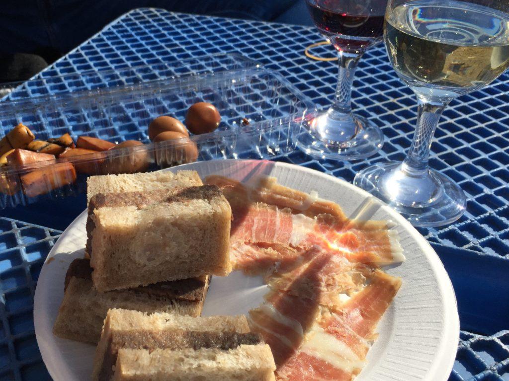 エリソン・ダン・ジュールの甲州ワイン豚の自家製生ハムと甲州ワインビーフのリエットのサンドウィッチをグラスワインとともに