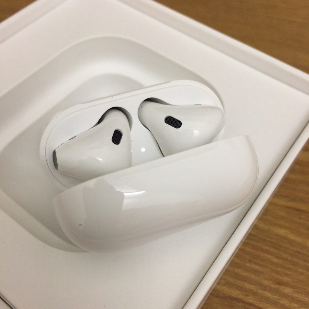 Apple AirPods箱からとりだしたところ