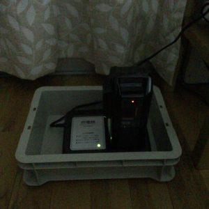 サンコー 業務用運搬ボックス A4・深型と電動自転車の充電器