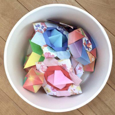 業務用アイスクリームカップに折り紙をいれる