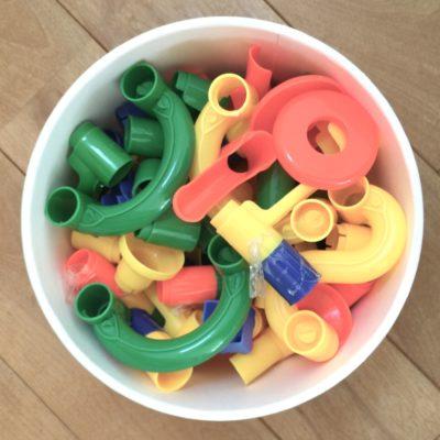 業務用アイスクリームカップに子供ようのおもちゃをいれる