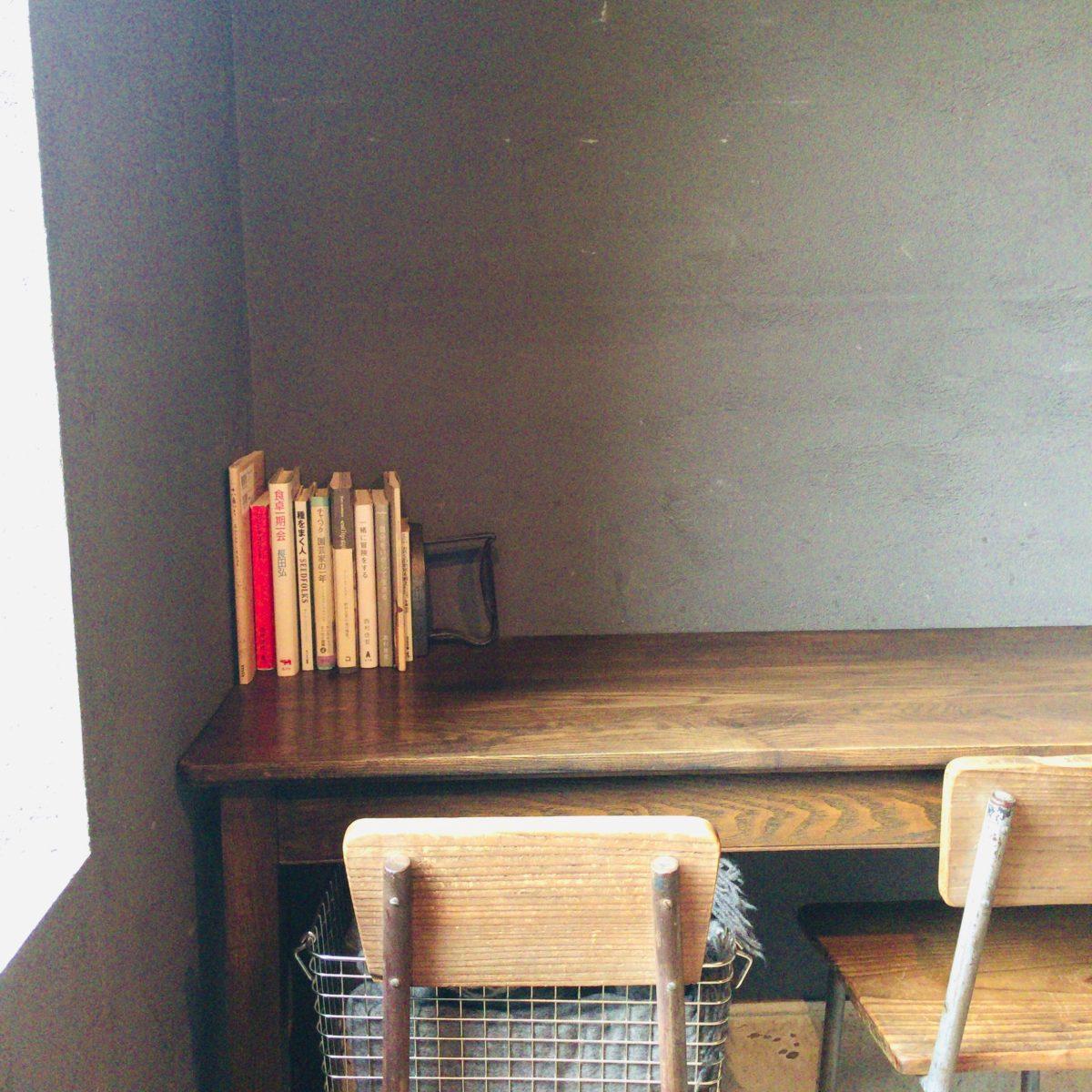 NICE TIME CAFEの横長テーブル