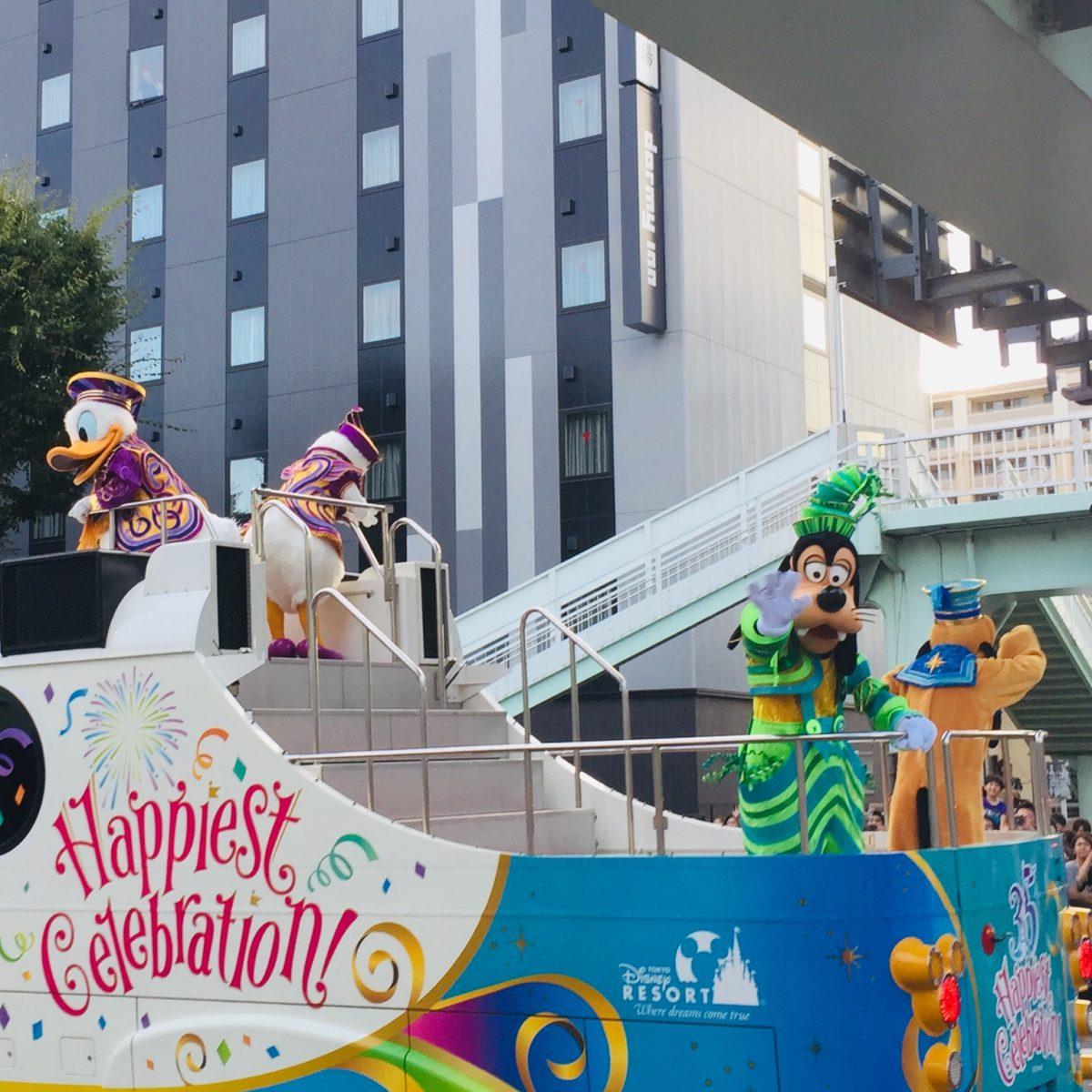 甲府市で開かれた東京ディズニーリゾート35周年スペシャルパレードでのドラルドダック