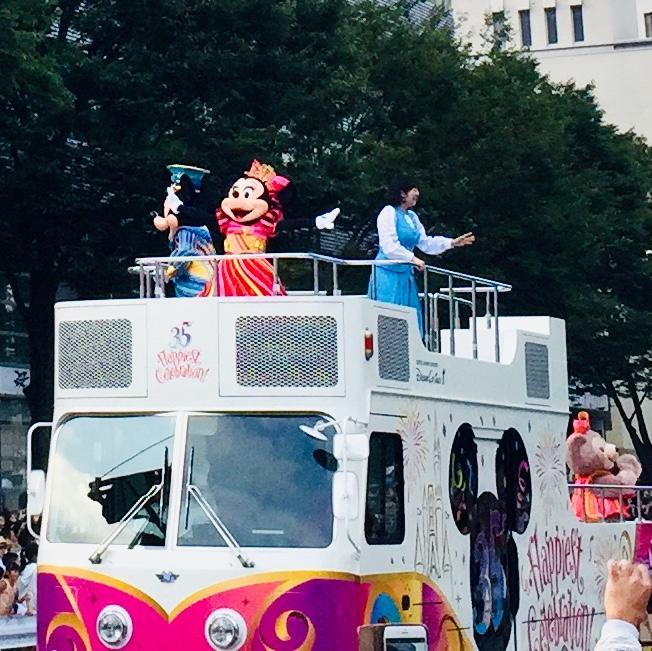 甲府市で開かれた東京ディズニーリゾート35周年スペシャルパレードでのディズニーキャラクターたち