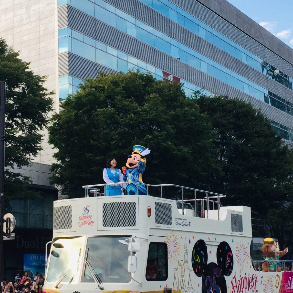甲府市で開かれた東京ディズニーリゾート35周年スペシャルパレードでのミッキーとお姉さん