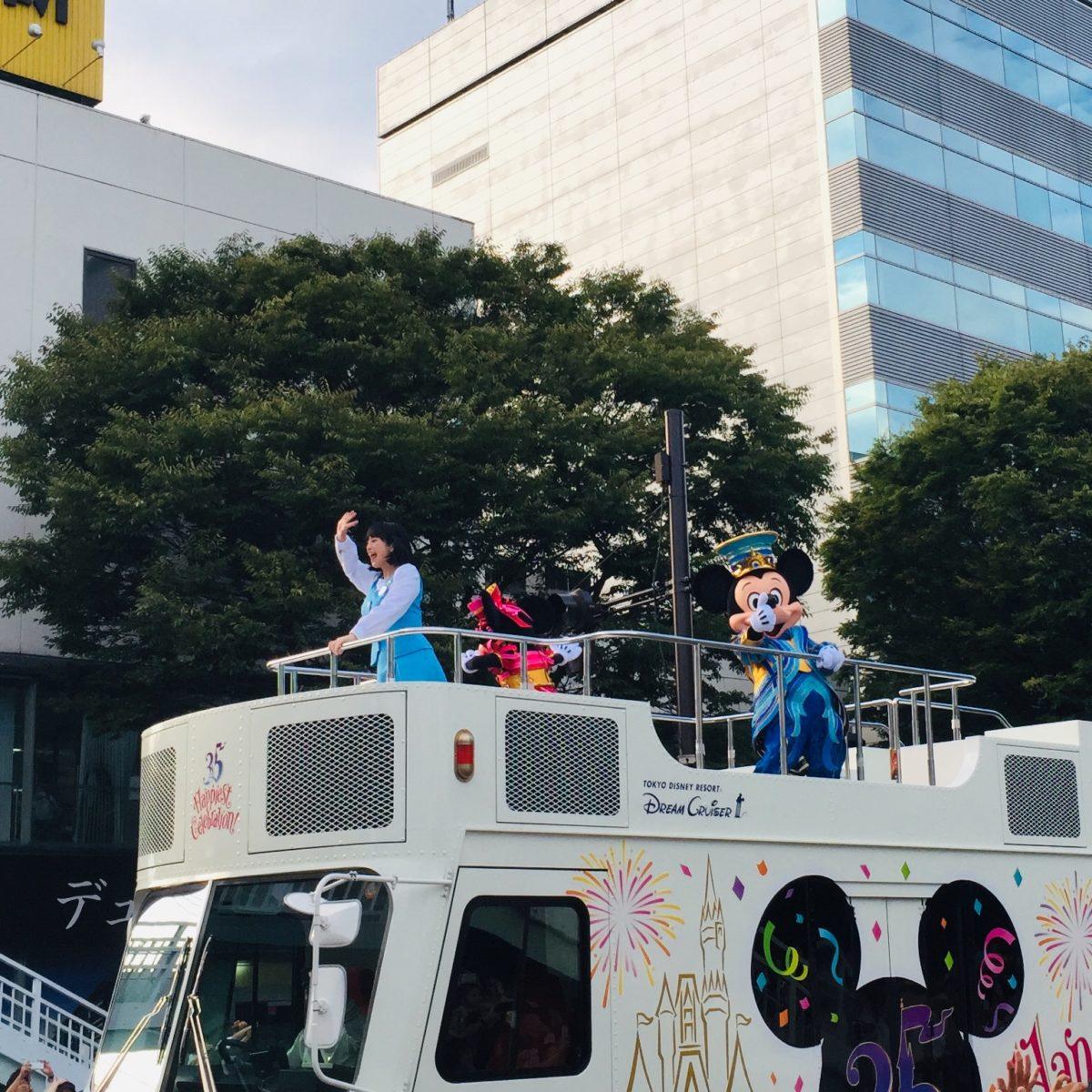 甲府市で開かれた東京ディズニーリゾート35周年スペシャルパレードでの決めポーズなミッキー