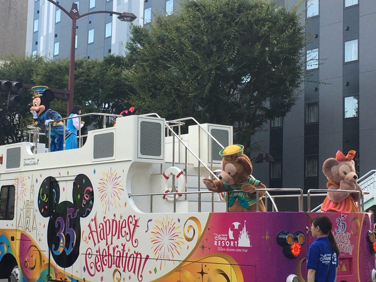 甲府市で開かれた東京ディズニーリゾート35周年スペシャルパレードでのミッキーとダッフィー