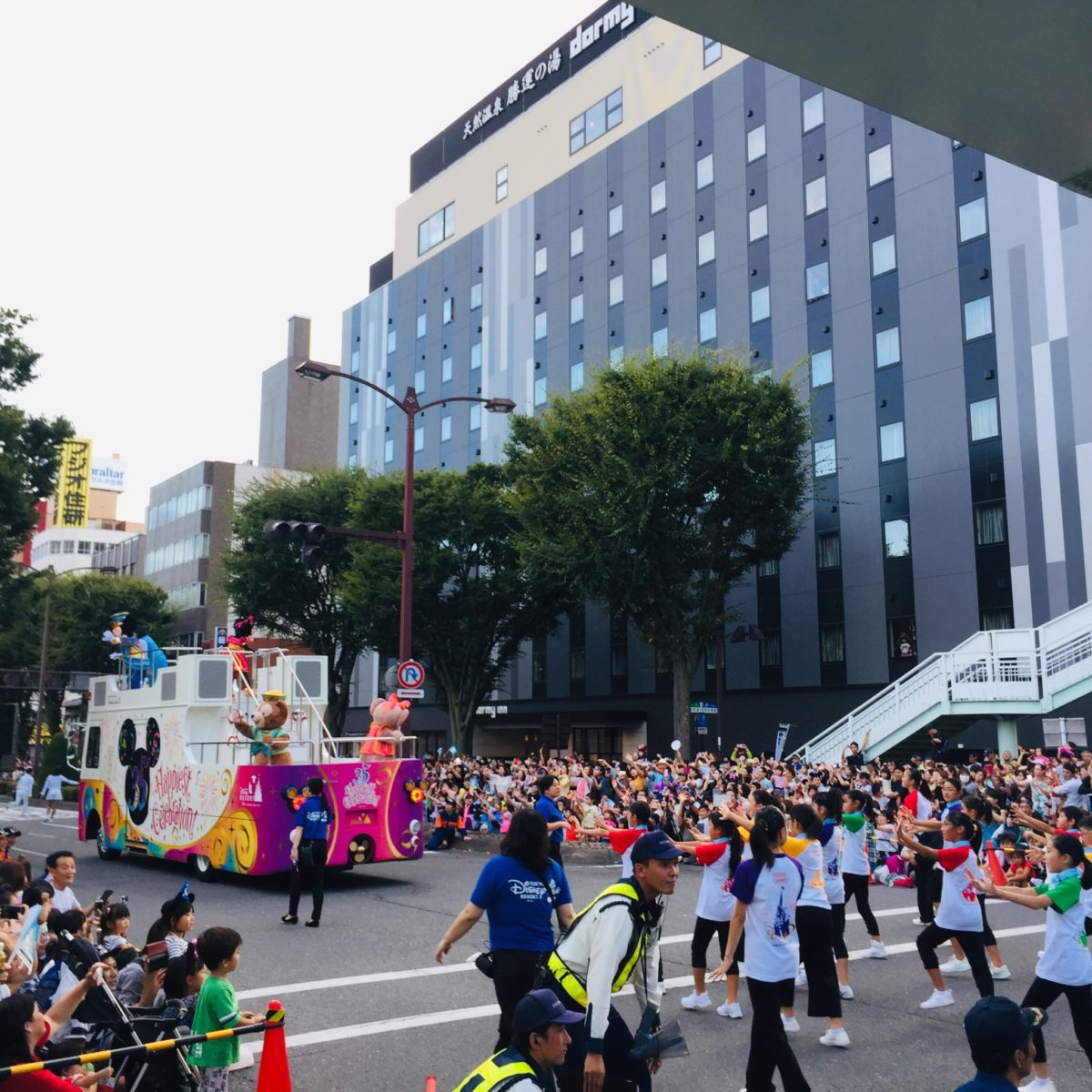 甲府市で開かれた東京ディズニーリゾート35周年スペシャルパレードでの子どもダンサー