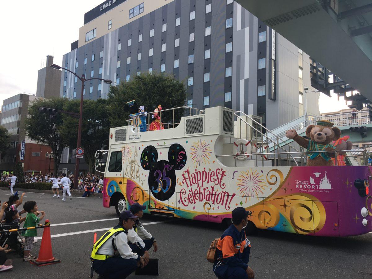 甲府市で開かれた東京ディズニーリゾート35周年スペシャルパレードでのミッキーとミニー