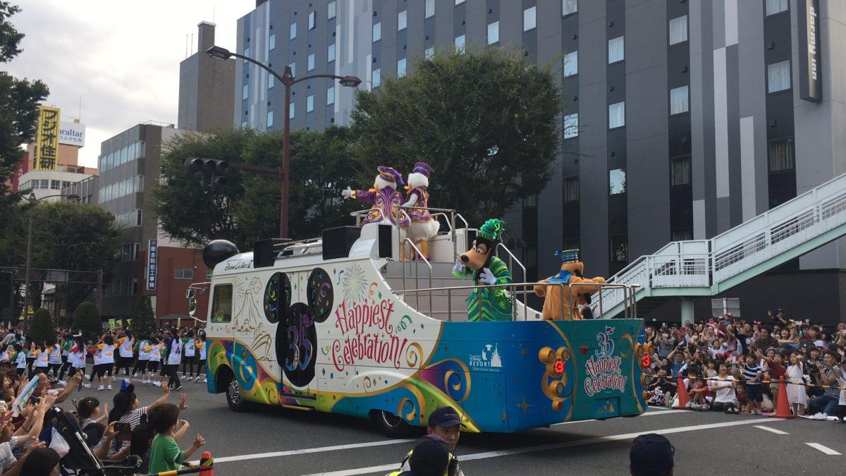 甲府市で開かれた東京ディズニーリゾート35周年スペシャルパレードでのグーフィー