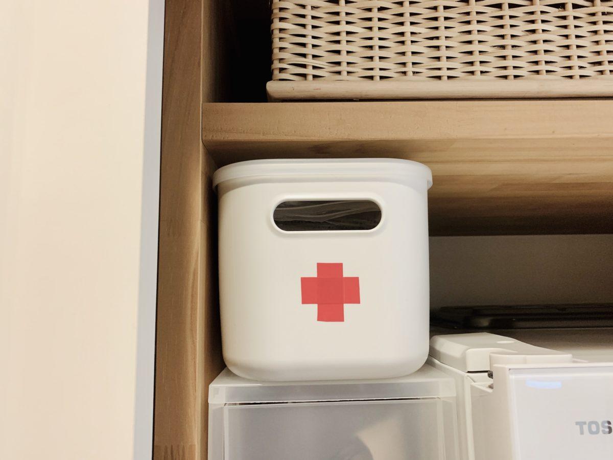 赤十字シールを貼ったMUJI 無印良品「やわらかポリエチレンケース」
