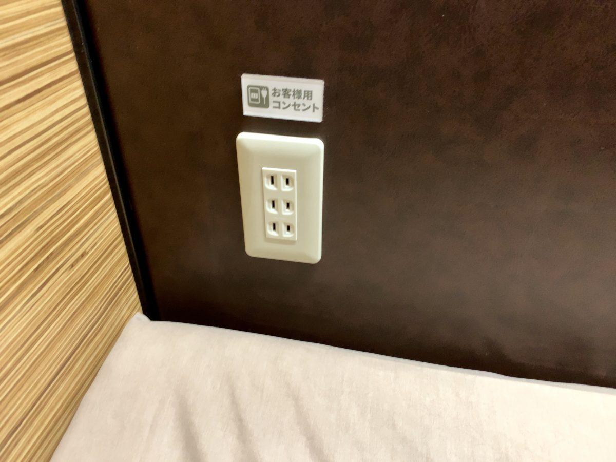 安心お宿 新宿店 カプセルホテル内部のコンセント