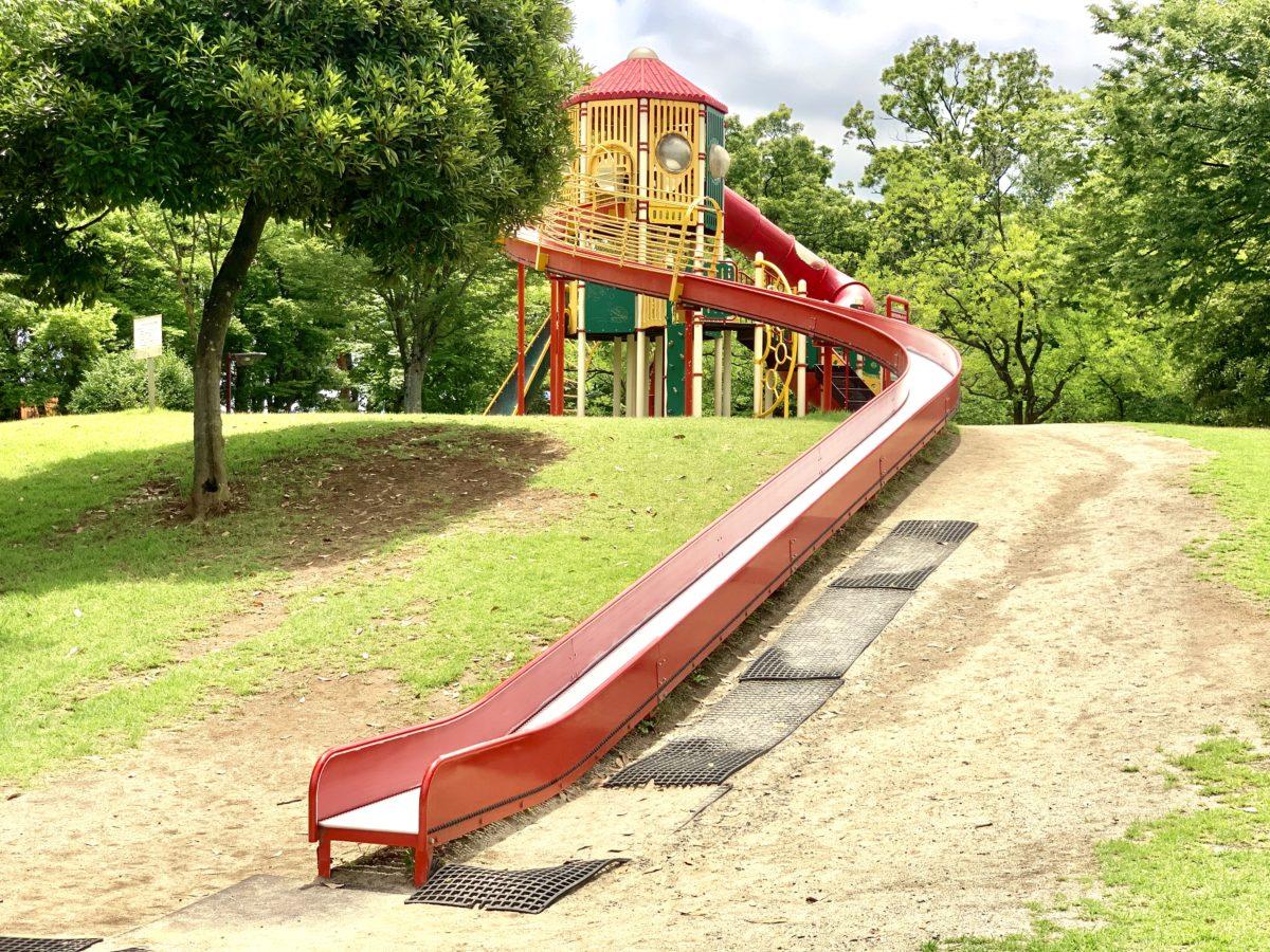 夏の御勅使南公園のジャンボ滑り台