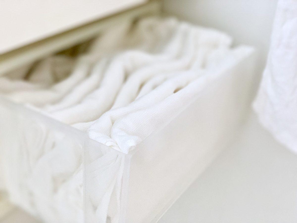 無印良品の収納ケースにしまったオーガニックコットン・極薄手 巻いて結べる長タオル