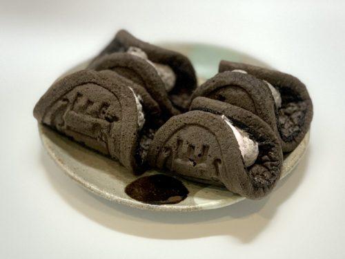 益子焼に乗せられたオレオ®クッキーストロベリークリームのワッフル
