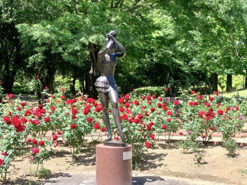 芸術の森公園内にあるバラ園とともにある踊り子