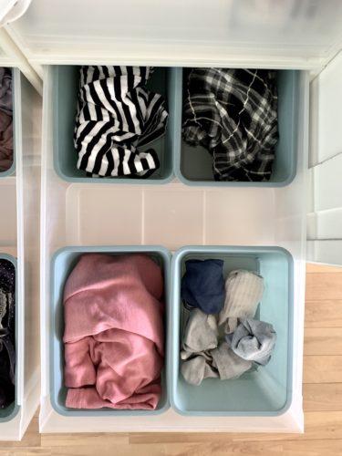 無印良品「衣装ケース」に「ポリプロピレン収納ボックス・4」とダイソー「スクエアボックス」
