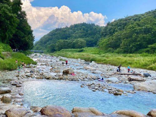 白州・尾白の森名水公園「べるが」の尾白川えん堤で楽しむファミリー
