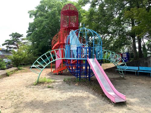 愛宕山こどもの国の自由広場の6歳から12歳向けの遊具