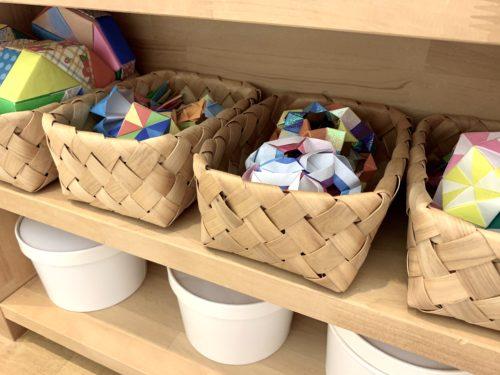 北欧風白木製カゴに入れてた折り紙のハンドメイド