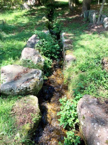 北杜市にある三分一湧水の水路
