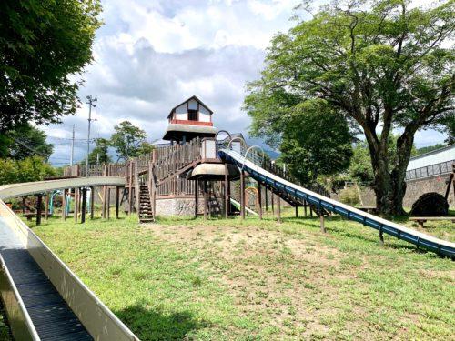 三分一湧水児童公園の2つの滑り台