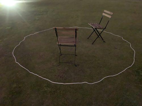 KEEP CARM AND DRINK BEERの芝生上に直径3m・距離2mで描かれた白いサークル