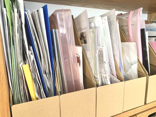 子ども用の書類をまとめたダンボールファイルボックス入れ