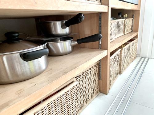 無印良品「重なるブリ材長方形バスケットシリーズ」でカテゴリ別にわけて収納しているキッチン雑貨