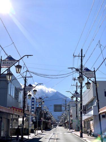 富士吉田市・西裏通りから眺める富士山