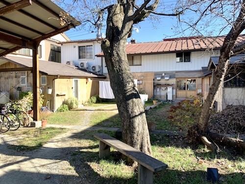 富士吉田市のホステル「SARUYA」本館からアネックスにつながる庭