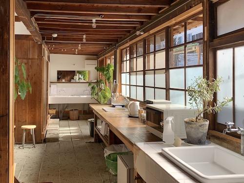富士吉田市のホステル「SARUYA」アネックスの洗面所
