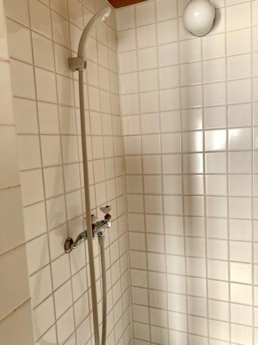 富士吉田市のホステル「SARUYA」アネックスのシャワー