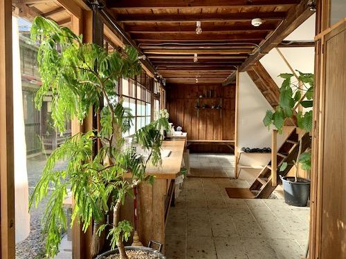 富士吉田市のホステル「SARUYA」アネックスの洗面所 別角度