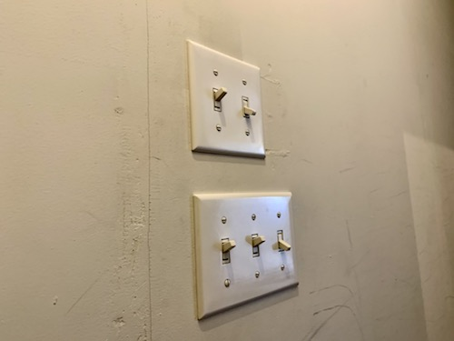 富士吉田市のホステル「SARUYA」本館の電源スイッチ