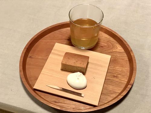 地元味噌「丸甲味噌」を練りこんだケーキと富士吉田市に移住した方が育てたクロモジのハーブティー。