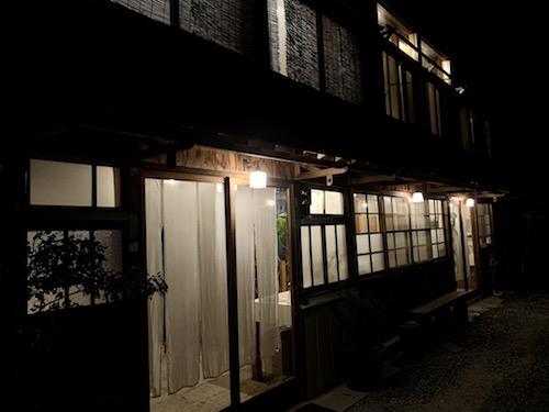 富士吉田市のホステル「SARUYA」の夜のアネックス