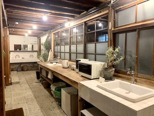 富士吉田市のホステル「SARUYA」アネックスの夜の洗面所