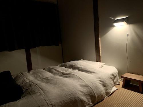 富士吉田市のホステル「SARUYA」別館の夜の部屋