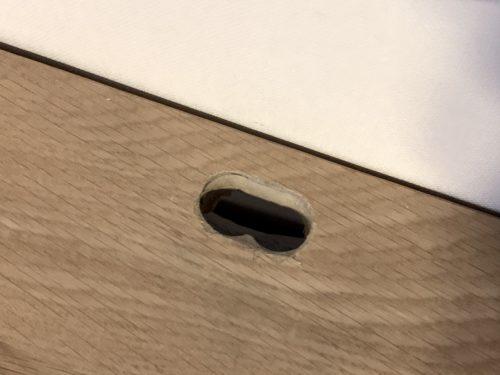 TVの電源コードを通すために穴をあけた無印良品「スタッキングシェルフ」
