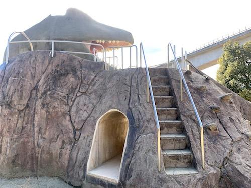 双葉水辺公園の恐竜遊具の階段