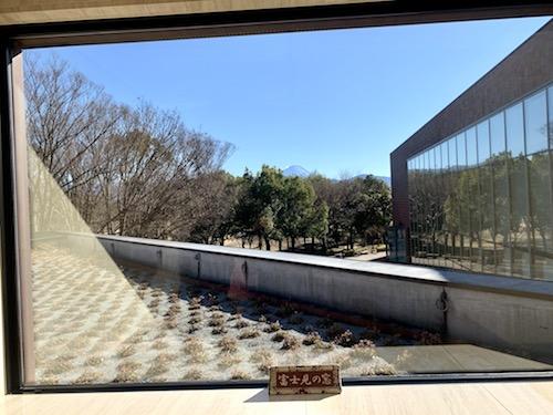 山梨県立美術館の富士見の窓