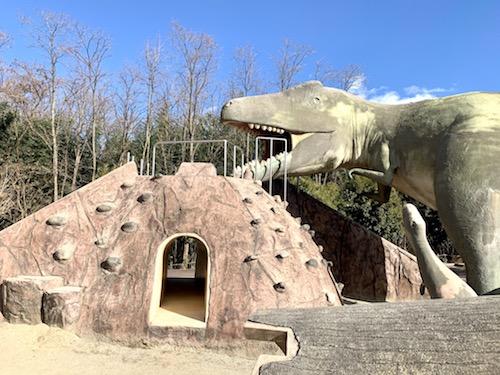 横からみた双葉水辺公園の恐竜の滑り台
